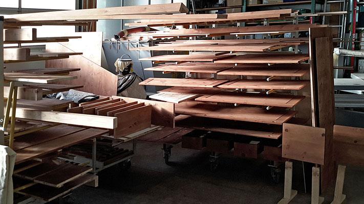 Zirbenholz wurde von Hand mit Zirbenöl behandelt und liegt nun zum Trocknen im Regalwagen.