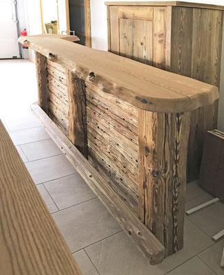 Die Barplatte und die Tischplatten fertigen wir aus uriger Esche