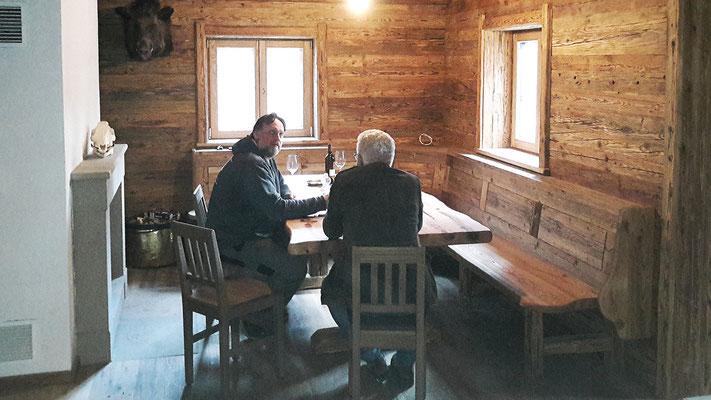 Die Jagdstube mit urigem Tisch, Sesseln und einer gemütlichen Sitzbank.