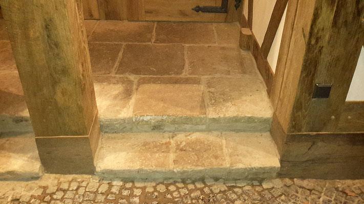 Alte Sandsteinplatten im Windfang wurden auch von uns geliefert