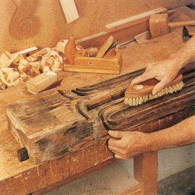 Reinigen und Restaurieren einer echten alten Balkendecke