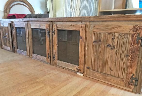 Teile der Küchenmöbel, aus urigem Fichten-Altholz