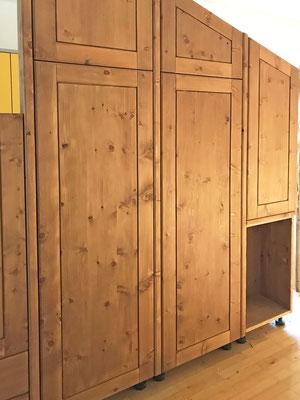 Der Zirbenschrank fürs Schlafzimmer, mit Bienenwachs veredelt