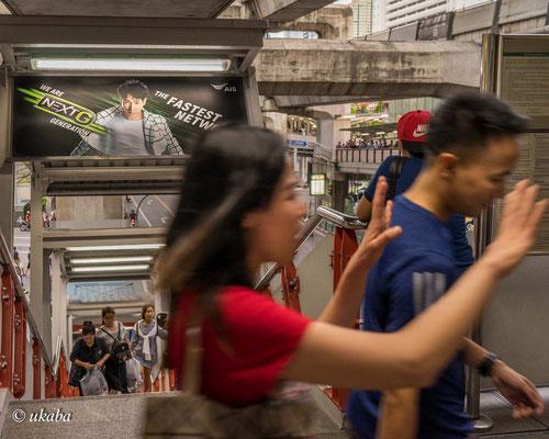 Hektisches Leben an einer Skytrain-Station