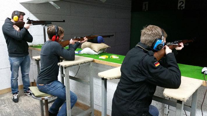 Ein Schützentrio: Zwei Schützen mit dem Schweden Mauser und ein Matchgewehr Schütze