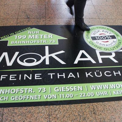 WOK ART, Bodenaufkleber im Bahnhof