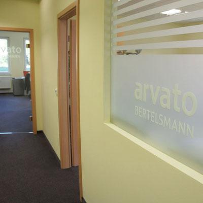 ARVATO BERTELSMANN, Objektbeschriftung Fenster