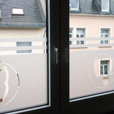ZAHNÄRZTE DOTZHEIM, Fensterplott als Sichtschutz
