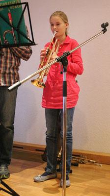 """Lora-Ann (12) spielt auf der Trompete das Lied: """"Alle Jahre wieder"""" ..."""
