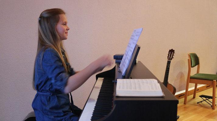 """Abigail (12) spielt am Klavier """"My heart will go on"""" von Celine Dion."""