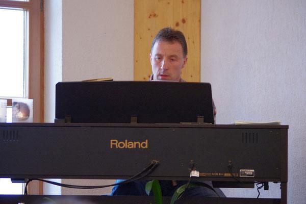 Jan begleitet die gemeinsamen Lieder am Klavier