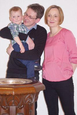 Elijah mit seinen Eltern Michaela und Frank