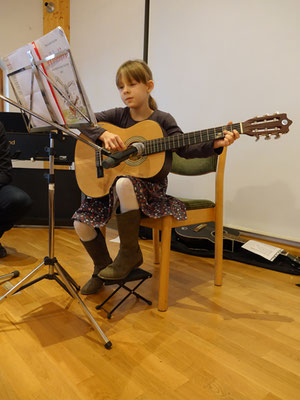 Ruth an der Gitarre