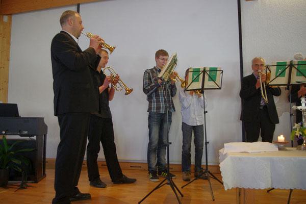Ein Teil unseres Posaunenchors eröffnet die Familienstunde ...