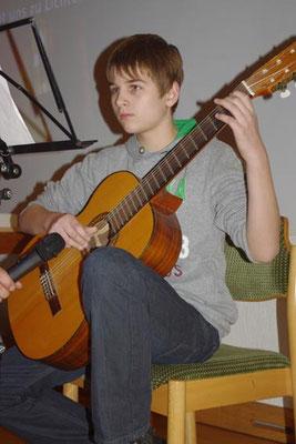 """2. Advent 2012 - Linus an der Gitarre mit """"Stille Nacht, heilige Nacht"""""""