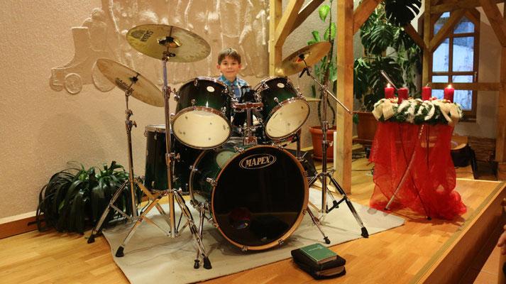 """Jakob (10) rundet den instrumentalischen Nachmittag mit seinem Schlagzeug ab. Stück: """"Danke für diesen guten Morgen"""" - mit einem Satz von der Band """"Die Ärzte""""."""