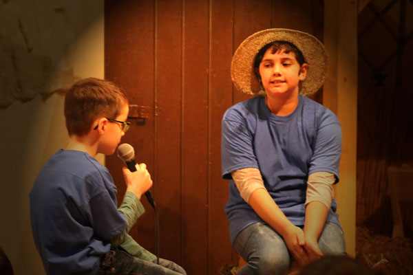Josef (Jasmin) erzählt seine Sorgen Junis (Philipp)