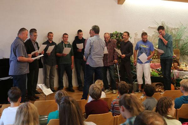 """Unser Männerchor leitete mit dem Lied """"Wer pflanzte die Blumen ins grüne Feld..."""" unsere Erntedankstunde ein."""