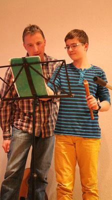 Lennart (12) spielt auf der Flöte ...