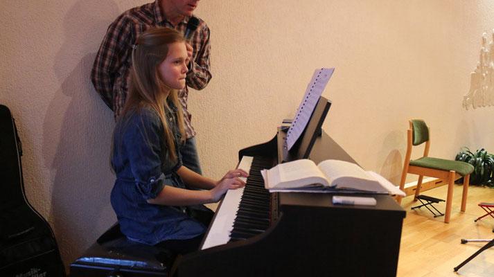 """Danach spielt Abigail am Klavier: """"Largo"""" - ein Thema aus der 9. Sinfonie 2. Satz von Antonin Dvorak."""