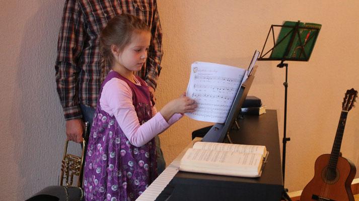 """Jael (7) spielt am Klavier: """"Freu dich Erd und Sternenzelt"""" (Volkslied aus Böhmen) ..."""