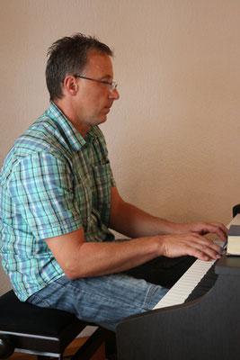 Musikalische Begleitung der gemeinsamen Lieder durch unserer Chorleiter Jan