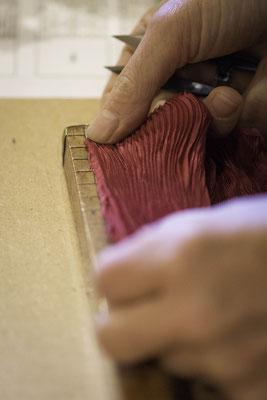 Coupe du tissu plissé