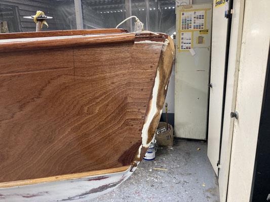 6 febr. 2021 : de romp en het dek staan in 2 lagen epoxy. Daarna moet er heel veel geschuurd worden en volgt de uiteindelijke afwerking met laklagen en verf op de romp.