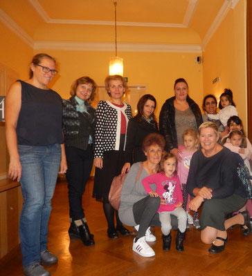 Eltern und Kinder mit Bezirkvorsteherin Lichtenegger, Mag. Gindl und Mag. Petya Reiss