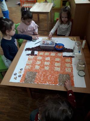 Kinder kleben die letzten Bohnen für die Ausstellungsstraße 67