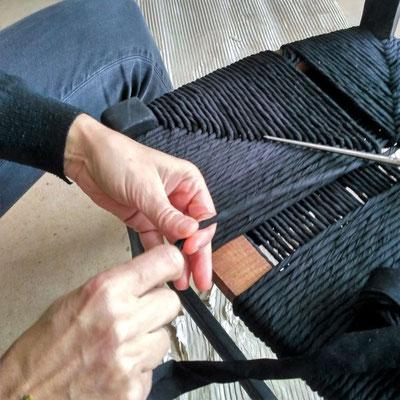 Travail de torsion des bandes de coton et de tissage © Marlène Vidal