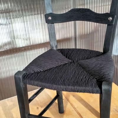Monochrome noir, la chaise en hêtre est brûlée et huilée © Marlène Vidal
