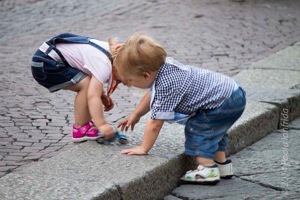 Bimbi giocano in strada