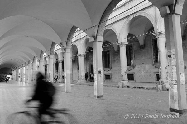 Ciclista sotto al portico
