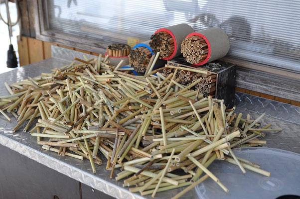 1000 Schilfröhrchen per Hand mit der Dekupiersäge auf Länge gebracht