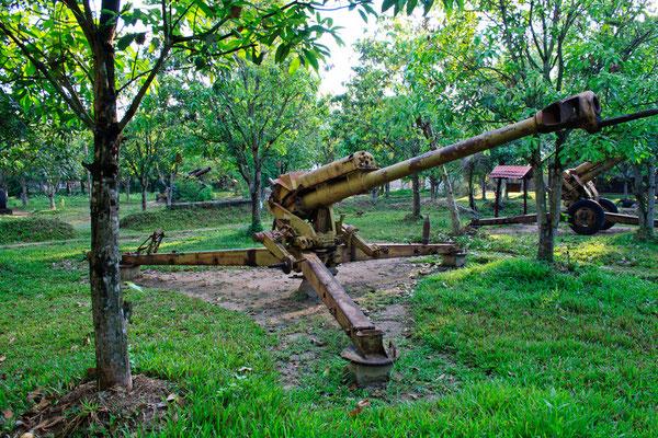 Alte Kriegswaffen im Dschungel Kambodschas