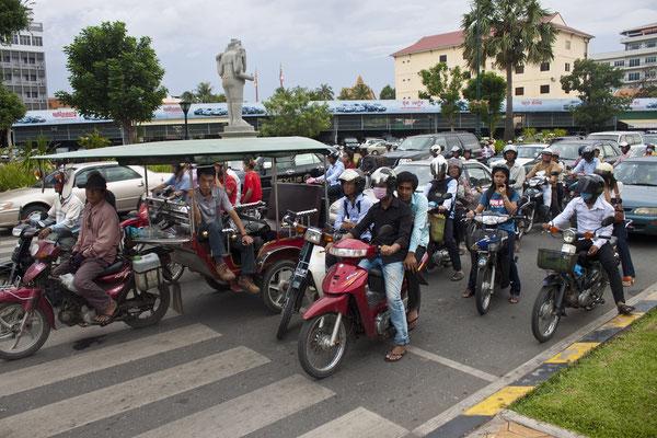 Augen auf im kambodschanischen Straßenverkehr.