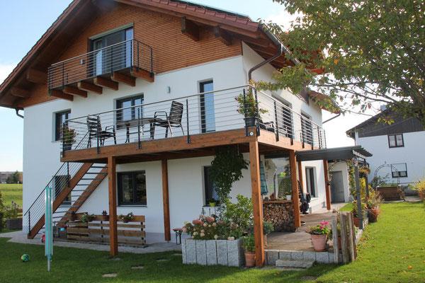 Balkon, Aussentreppe, Geländer und Überdachung