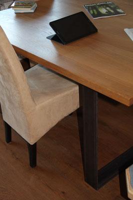 Tisch mit Stahlbeinen