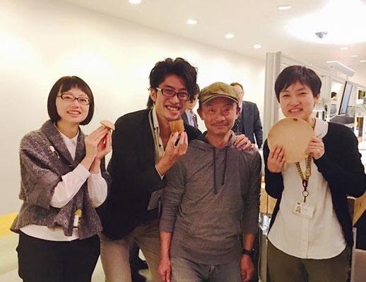 きのこまは、人と人とを結びつけます。内田洋行本社にてデザイナーの皆さまと。