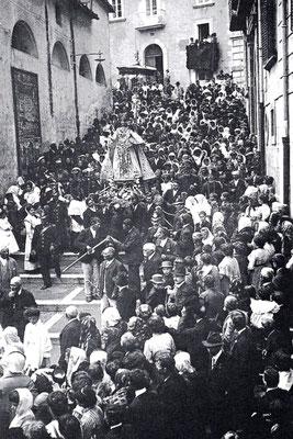"""La Madonna del Monte scende lungo i gradini di via Chiarizia, la """"salita del Monte"""". Per dodici giorni i campobassani la venerarono nel tempio della SS. Trinità. Presiedeva il rito l'arcivescovo di Benevento mons. Benedetto Bonazzi"""