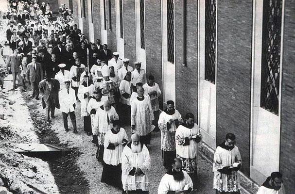 La solenne processione, in occasione della consacrazione della nuova chiesa, presieduta da mons. Paolo Carta (al centro), arcivescovo di Foggia dal 1955 al 1962 (1° luglio 1959)