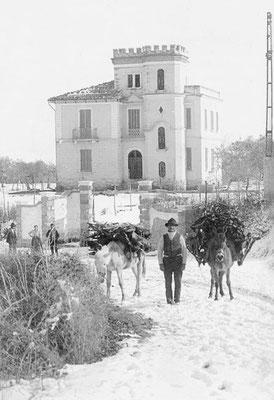 Un passo indietro: qui la Via Nazionale innevata, non lontano dal Convento, alle cui spalle è visibile il Villino Zezza, ora Maglietta (1910 ca) [foto Archivio Pilone]