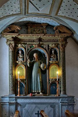 Il Cristo Redentore, all'interno della chiesa, dove inginocchiarsi