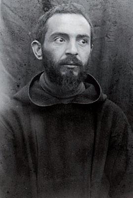Un sofferente, ultratrentenne Padre Pio, qui ritratto al tempo in cui aveva già ricevuto il dono delle stimmate (1920 ca)