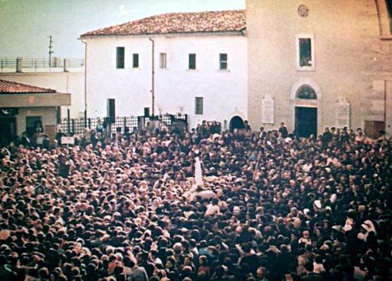 Qui la vediamo fare ingresso nella nuova chiesa di Santa Maria delle Grazie, inaugurata da poco più di un mese