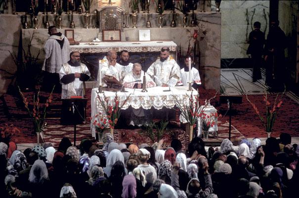 Lo coadiuva anche l'altro assistente  padre Onorato Marcucci da S. Giovanni Rotondo. Dietro, come sacrista, padre Alessio Parente