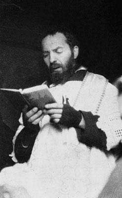 Mentre legge il Breviario