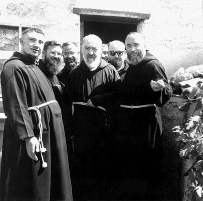 Padre Carmelo da Sessano del Molise (1916-2000) [primo a destra], già guardiano a S. Giovanni dal 1953 al 1959, in quegli anni di burrasca ebbe a commentare: «la Provincia monastica è stata gettata in un abisso»