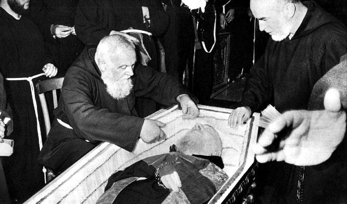 Padre Raffaele D'Addario da Sant'Elia a Pianisi, suo amico e confessore per molti anni, adagia un velo sul volto del Confratello defunto. Accanto, padre Carmelo da Sessano